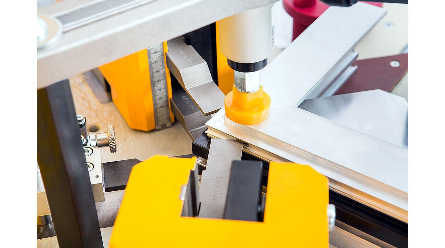 INT aluminum corner crimper Yilmaz KP 110 crimping process